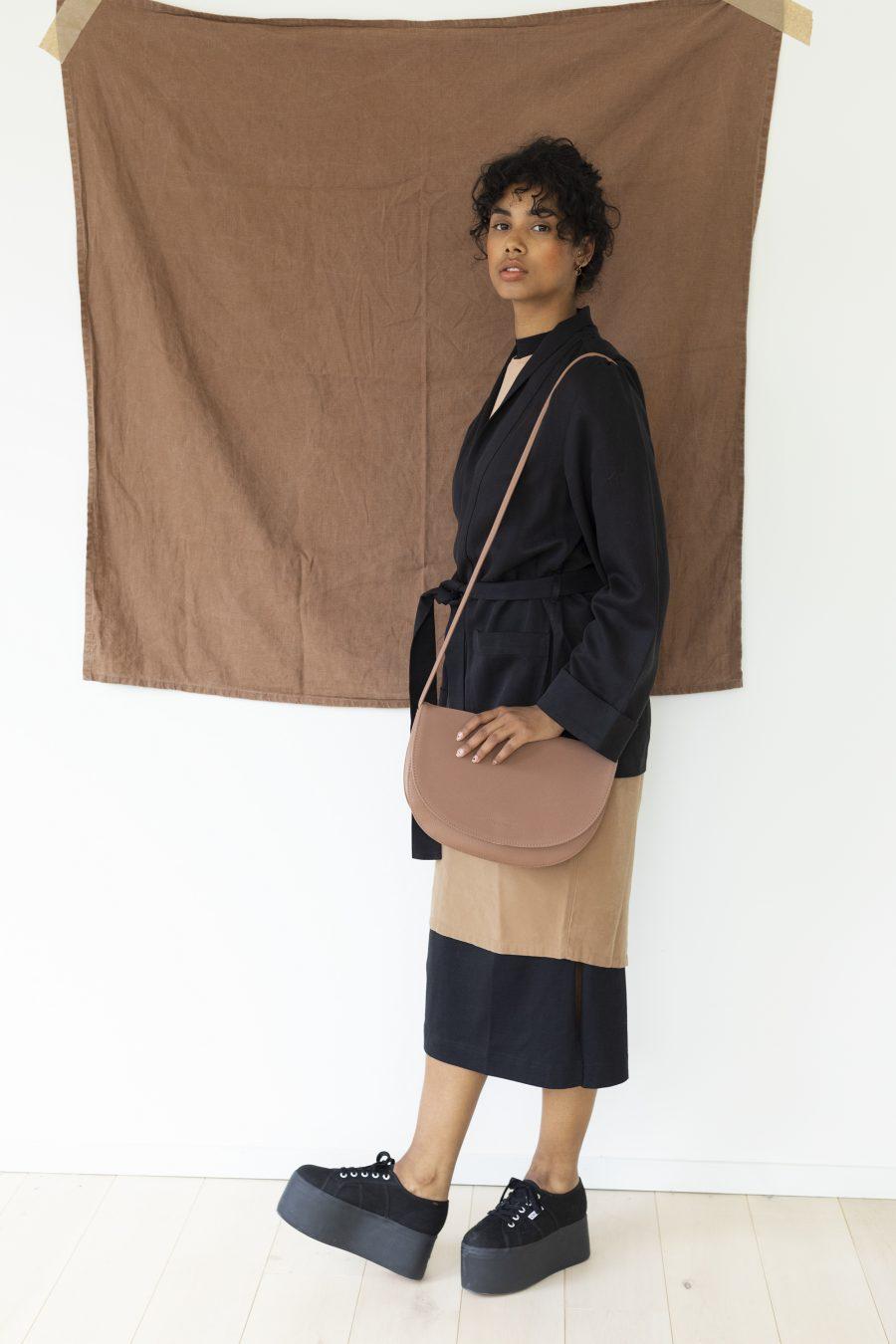 1601356 – Monk & Anna – style – Soma half moon bag – Chestnut