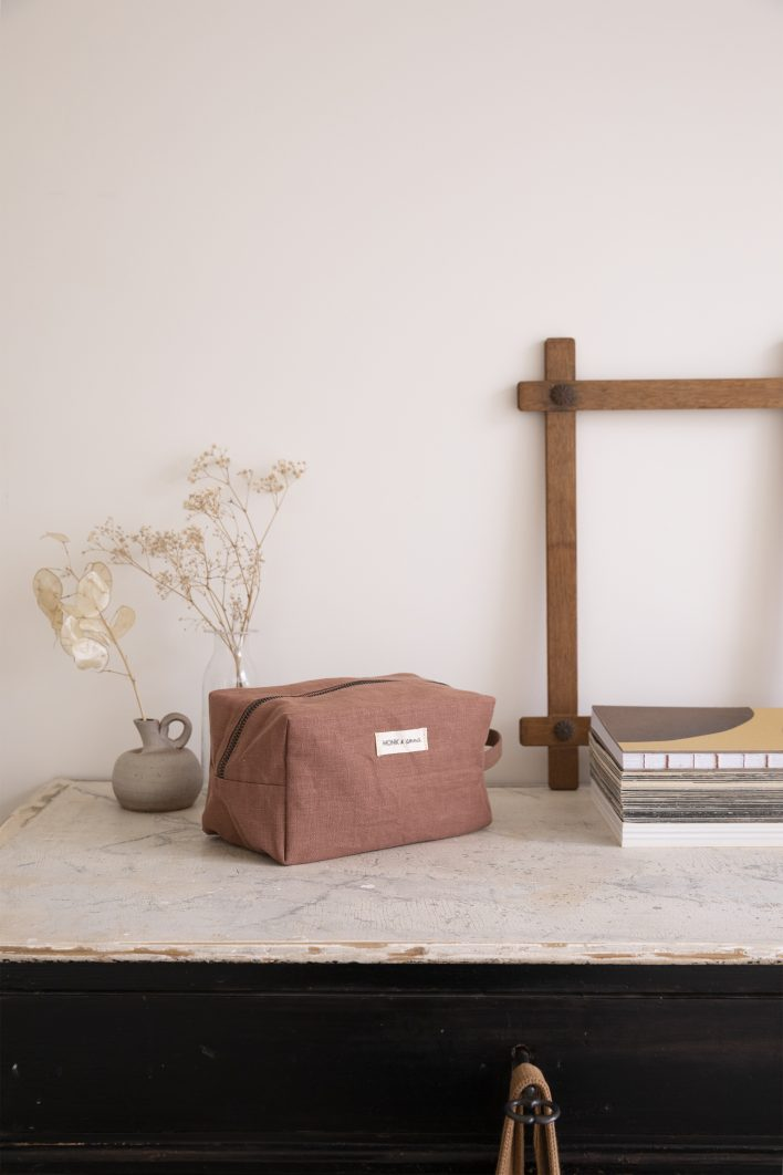 1601385 – Monk and Anna – style – toiletry bag – Chestnut