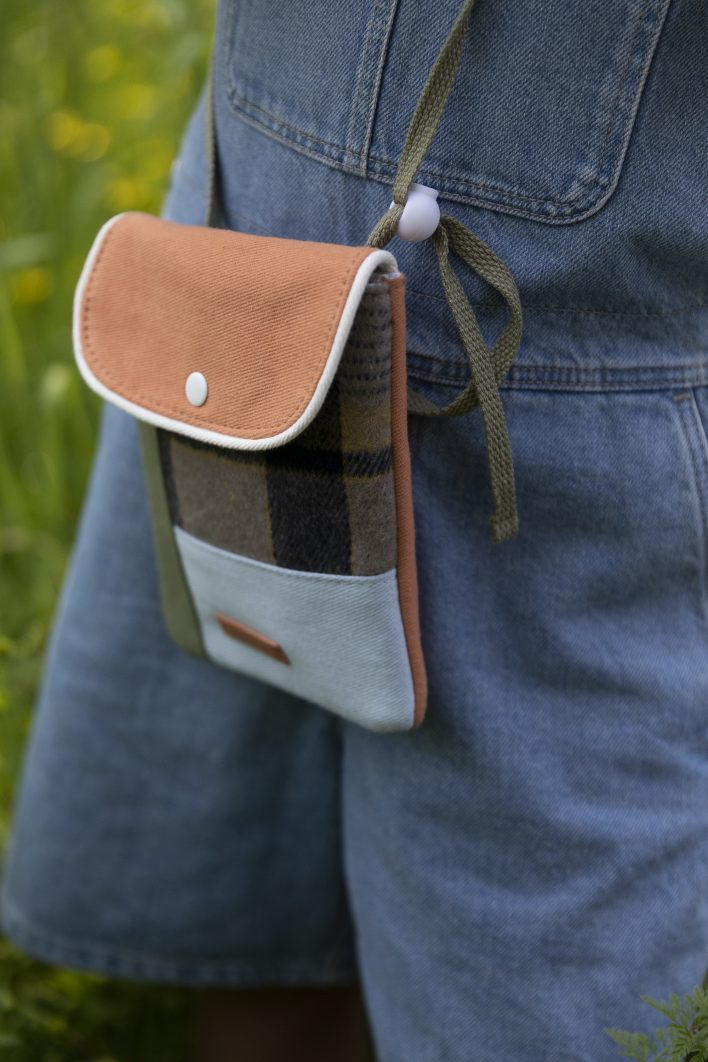 1801679 – Sticky Lemon – wallet bag – wanderer – sandy beige checks – style shot 04