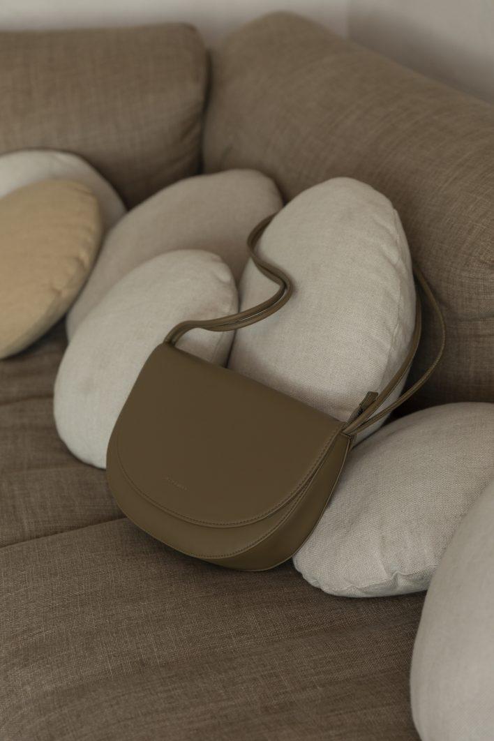 1601496 – Monk & Anna – style – Soma half moon bag – Olive